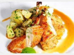 Pečené kuřecí prsíčko s žemlovou nádivkou s mandlemi, a petrželkovým bramborem