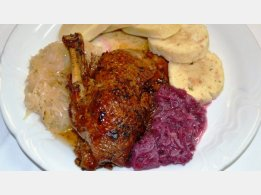 Pečená kachna, náš bramborový nebo houskový knedlík, červené nebo bílé zelí