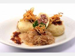 Plněné bramborové knedlíky uzeným masem, zelí, cibulka