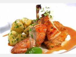 Pečené kuřecí prsíčko s nádivkou, petrželkový brambor