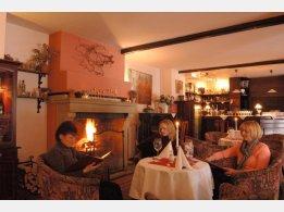 Restaurace Tarouca s krbem se živým ohněm