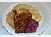 Pečená kachna, domácí bramborový a houskový knedlík, červené a bílé zelí