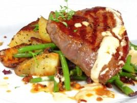 """Hovězí steak """"Ball Tip"""" z amerického býčka s dijonskou omáčkou, fazolkami na slanině a opékanými bramborami"""