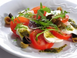 """Capresse""- rajčata s mozzarellou, bazalkou a olivovým olejem"